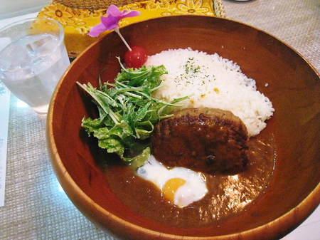 ハンバーグと温泉卵の焙煎ルーカレー